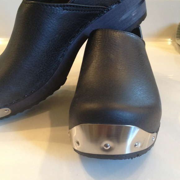sanita shoes 🐰sold new black leather and wooden sanita clogs dihcuoz