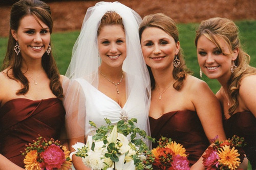 when it comes to color, the bridesmaid jewelry can either be the same color klqiloa