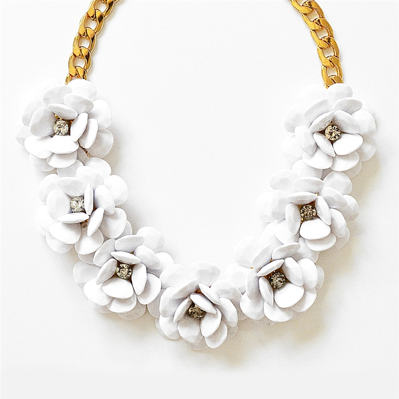 rosette necklace, beaded rose necklace, white necklace, white rose necklace,  chunky bib ruzetmi