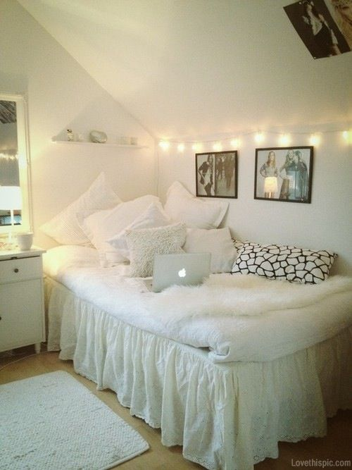 White light interior bedroom   Säng inspiration, Sovrumsidéer .